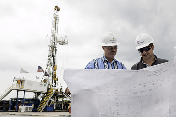 Drilling superintendant Haver White from Chesapeake and seconded drilling engineer Karl Gerhard Longvastøl from Statoil are discussing future plans for this well in Pennsylvania. Photo: Helge Hansen / Statoil
